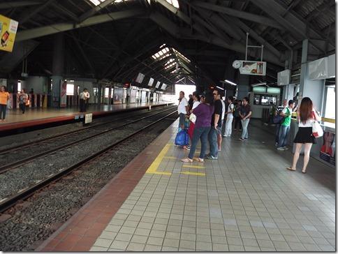 モニュメント駅ホーム