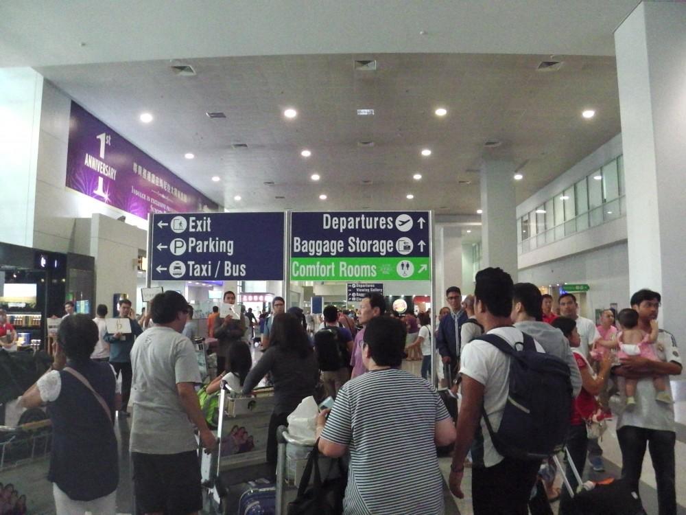 税関からマニラ国際空港ターミナル3(NAIA3)の到着ロビーに出たところ