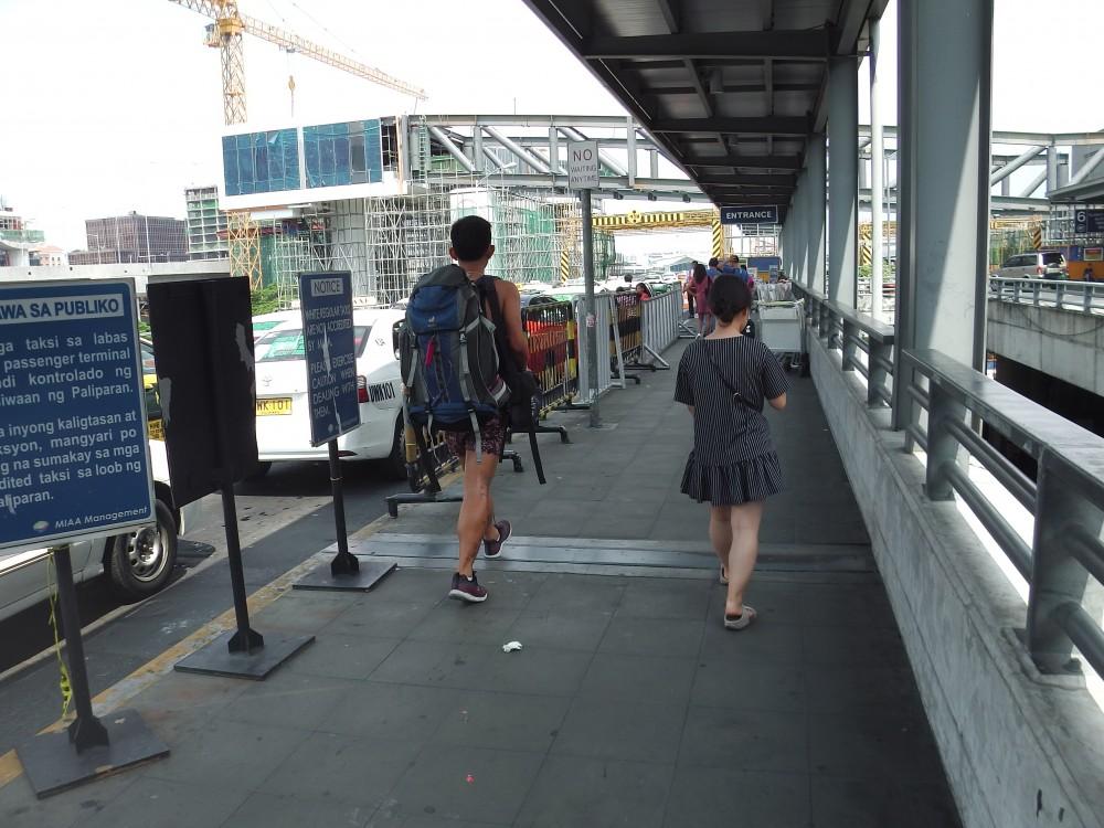 マニラ国際空港ターミナル3(NAIA3)出発ロビーのタクシー乗り場